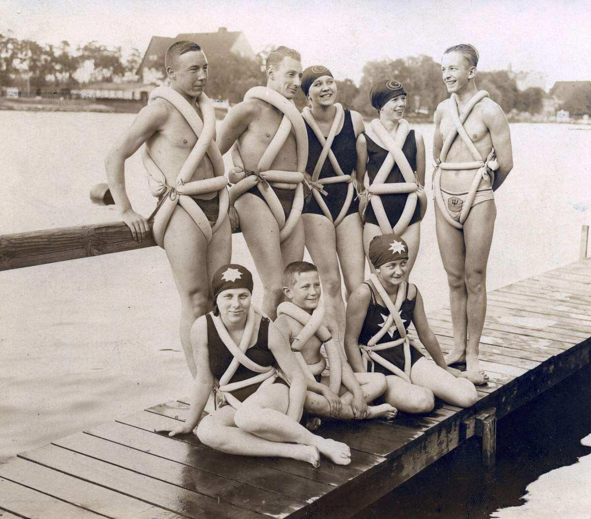 Retro photo, showing swimmers in 1920