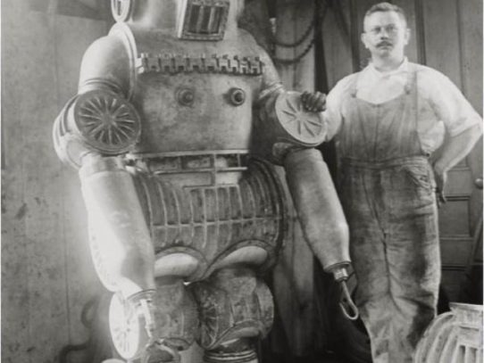 It`s not a robot, it`s a diving suit in 1911