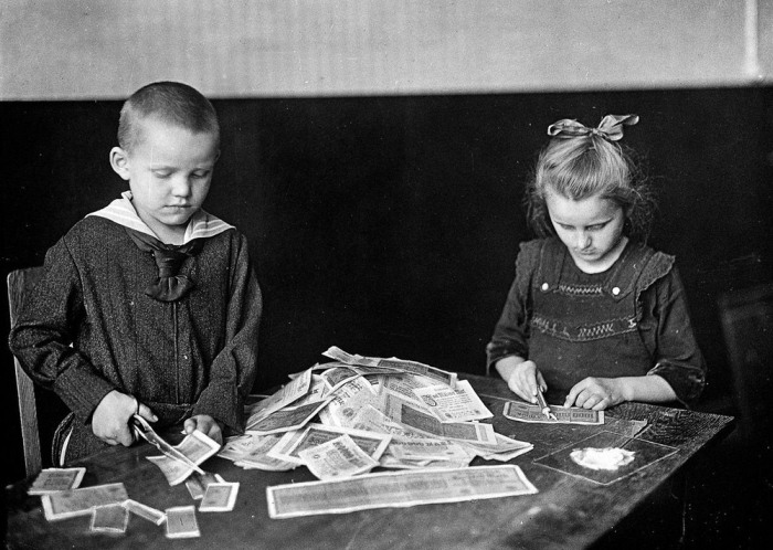 Kids spending their time with German money