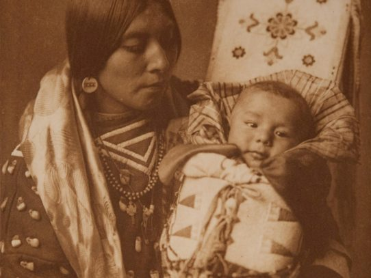 Apsaroke mother with her child, 1908
