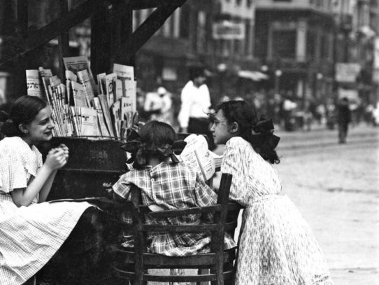 Girls with newspapers, New York, 1910