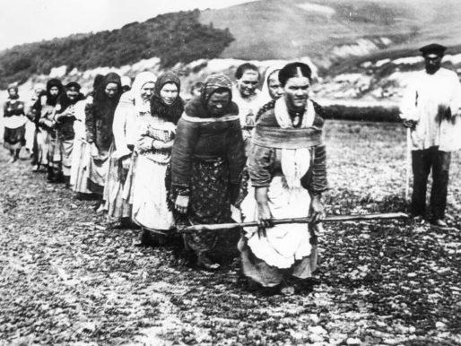 Russian women barge haulers, Nizhniy Novgorod, 1910