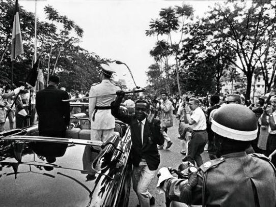 A congolese man steals the sword of the Belgian king, Leopoldsville, 1960