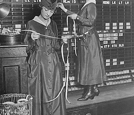 Women operate stock boards at Waldorf-Astoria, 1918