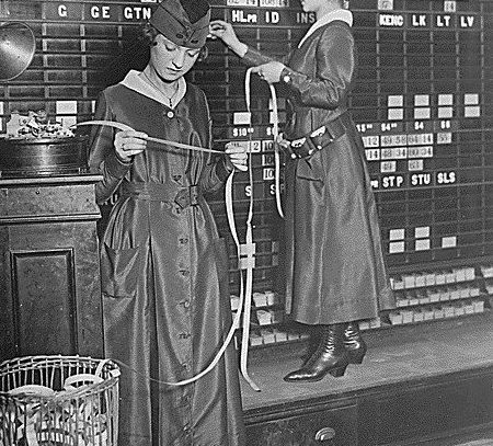 Women operate stock boards at Waldorf-Astoria, 1918
