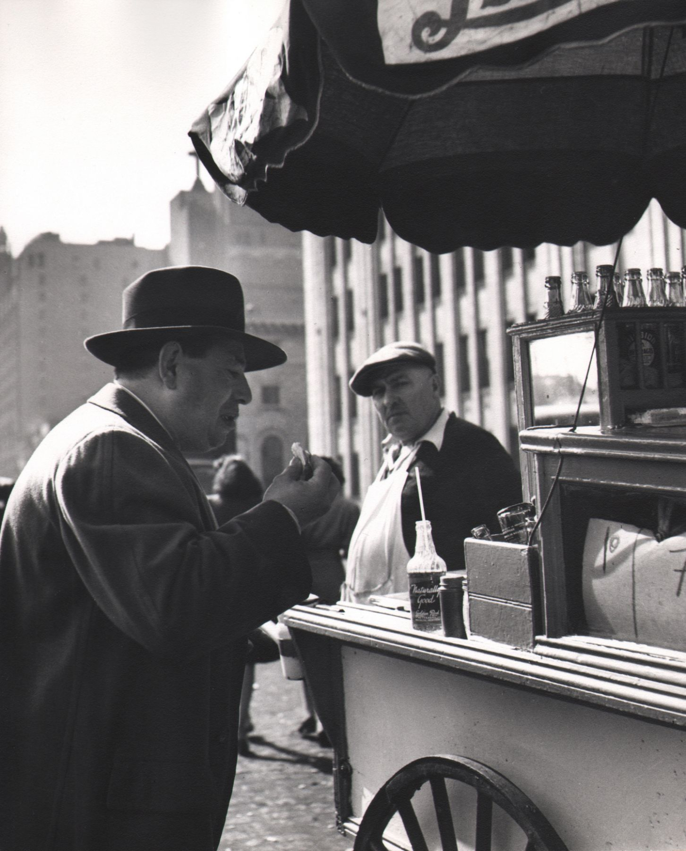 Esther Bubley, On South Street at noon time, 1946