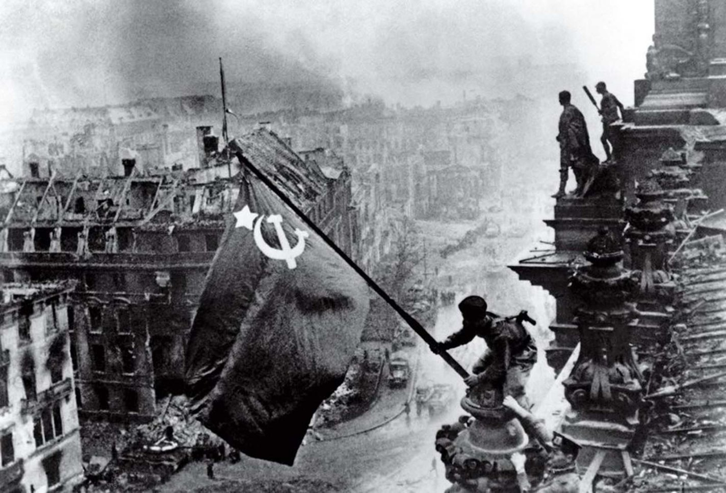 Historical picture: Raising a Flag over the Reichstag, Yevgeny Khaldei, 1945