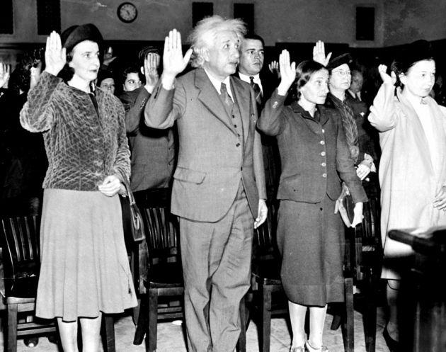 Einstein accepts US citizenship