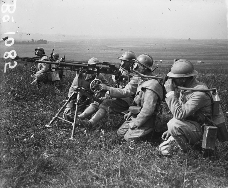 machine gunners wearing gas protection ww1