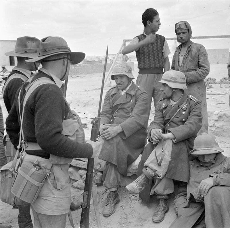 Australian soldiers capture Italians, WW2