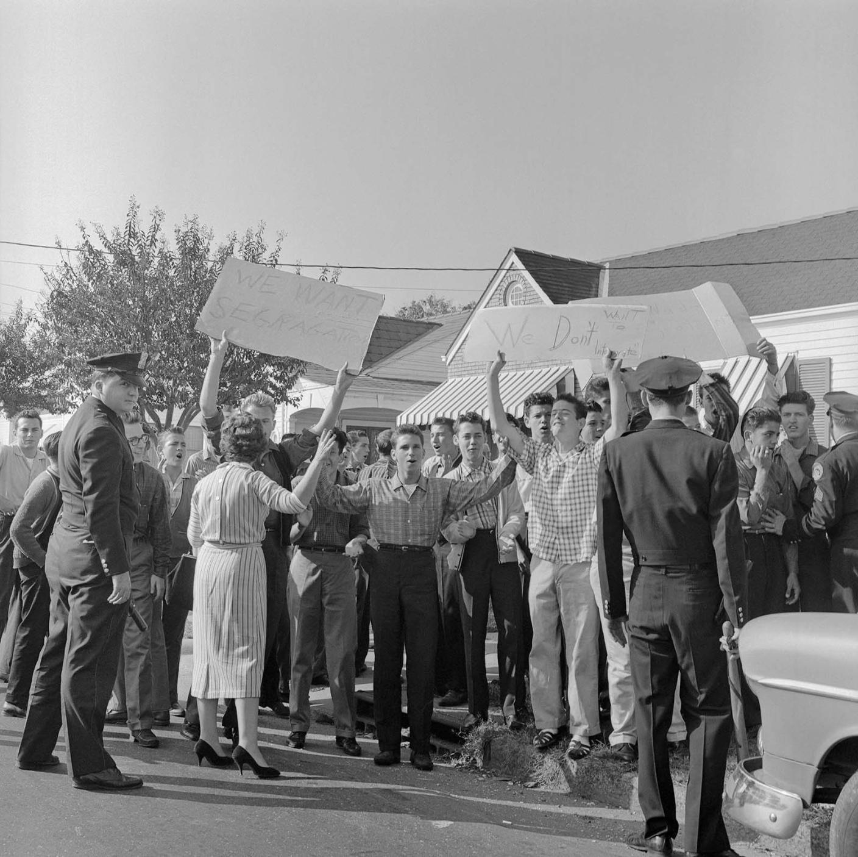 white protesters desegregation
