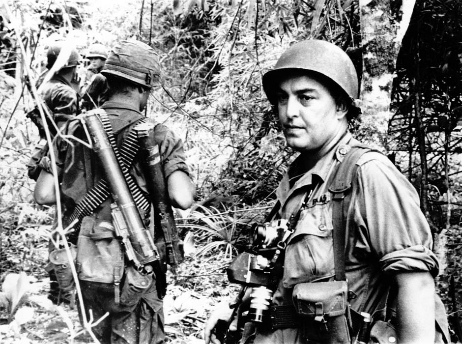 Horst Faas walking together with US marines, 1966