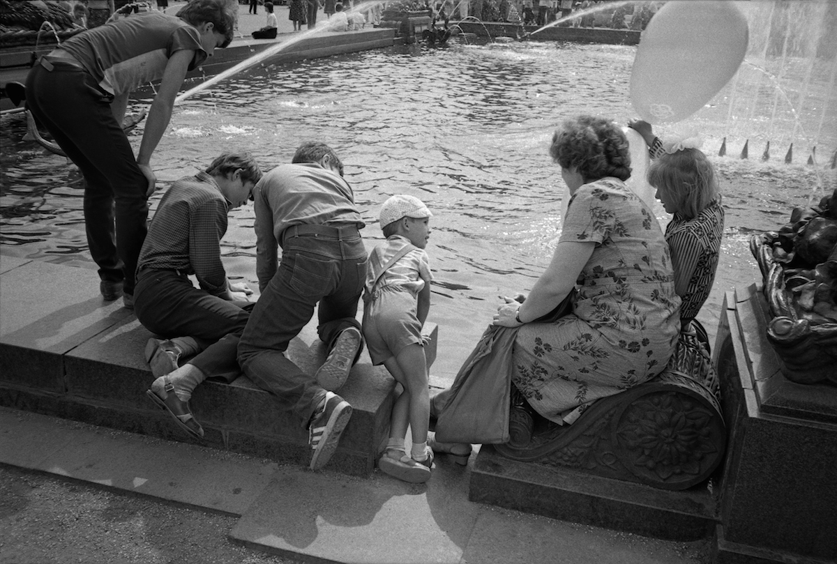 Soviet people are spending their time at one of the Moscow fountains