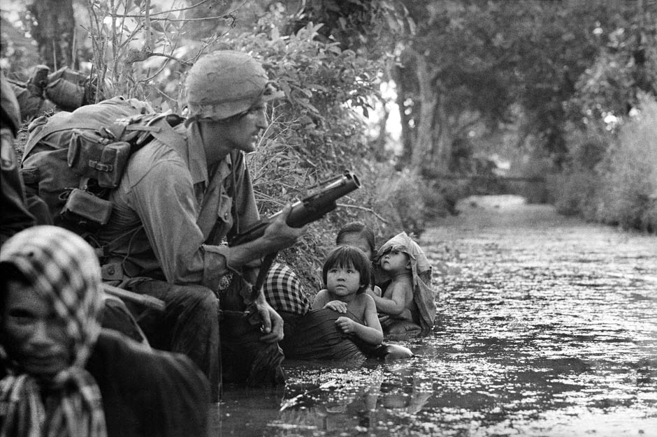 Pulitzer winning photos of US marine and kids are hiding from the Vietkong sniper