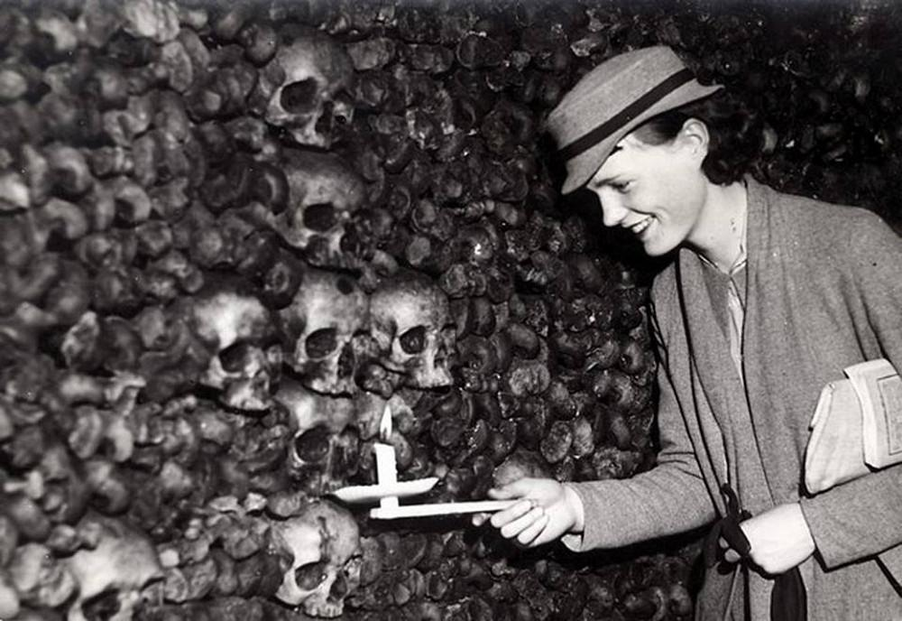 Bizarre photos of smiling visitor in the Paris' catacombs