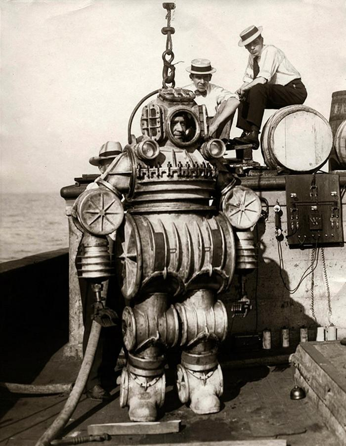An iron man of the past in a diving suit of the same name with electric charging and pressure protection systems. New York, 1907