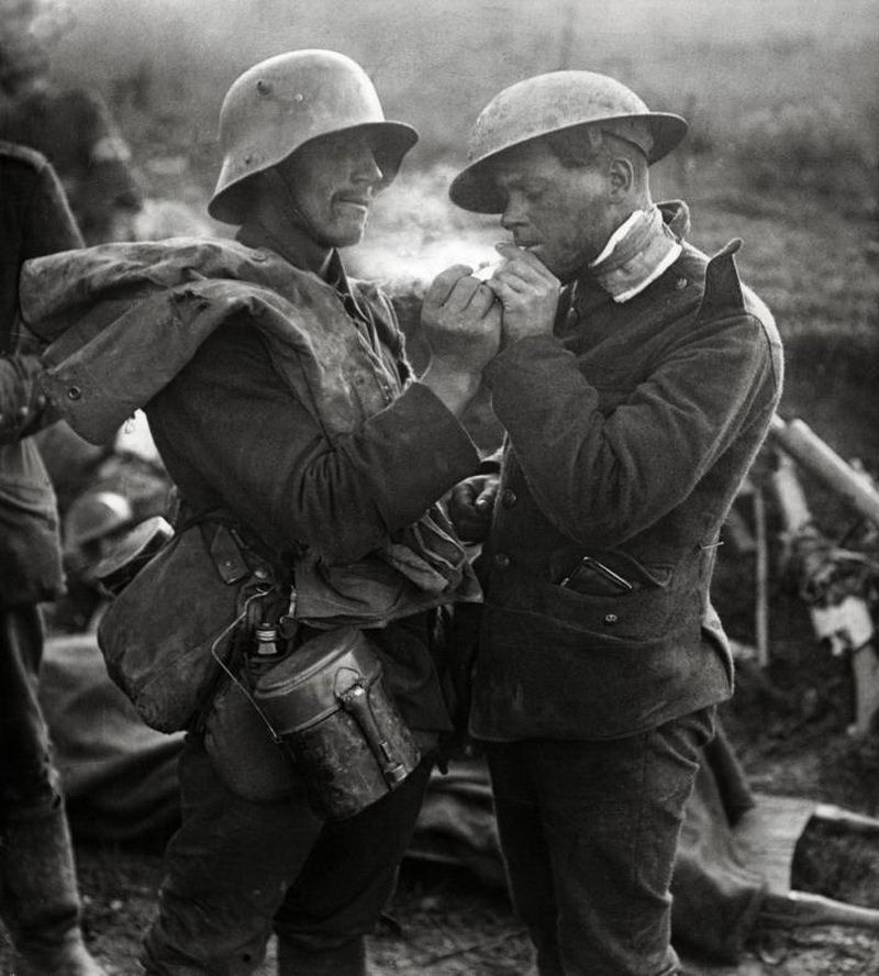 German and British soldier during the Truce