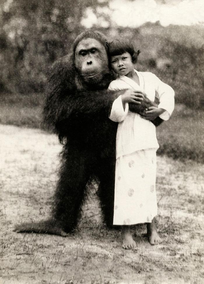 Bizarre photos of Girl and orangutan