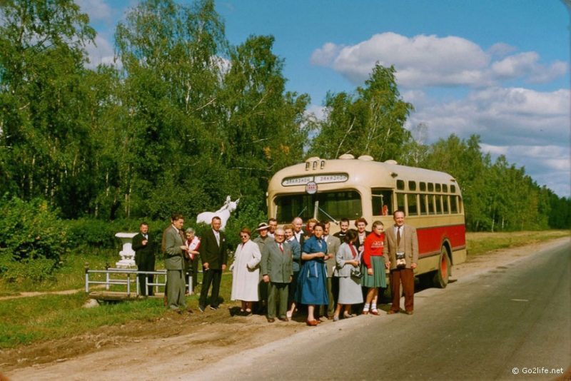 It's hard to believe, but the passengers of this bus agreed to exit it in the middle of nowhere just for the photo of the foreigner