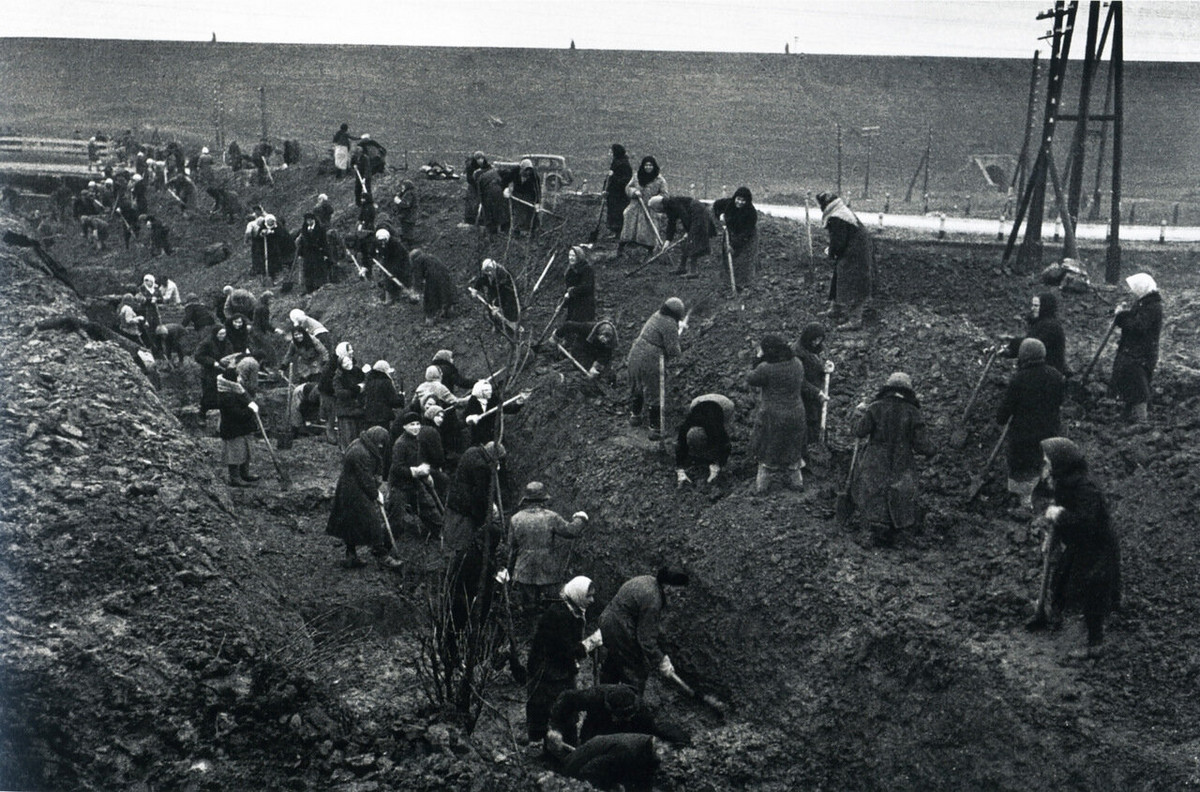 People digging anti-tank barriers, the Battle of Moscow, 1941