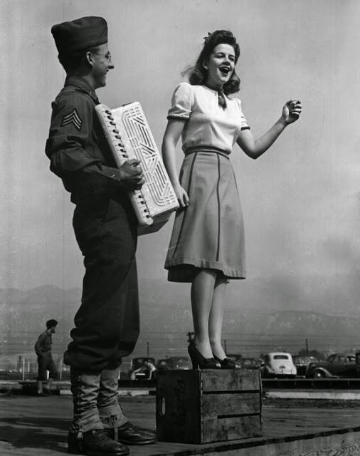 Marilyn Hare sang several songs before announcing her kissing streak