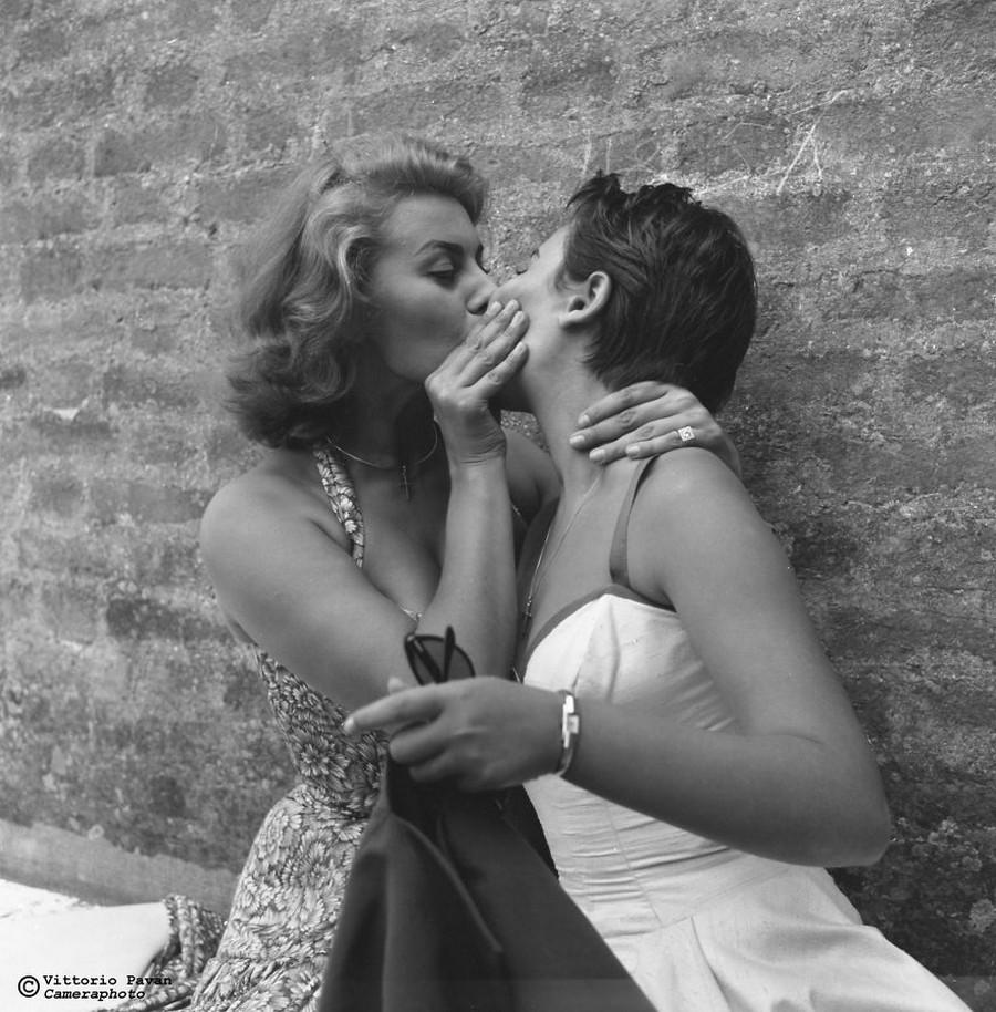 Sophia Loren with sister Mari