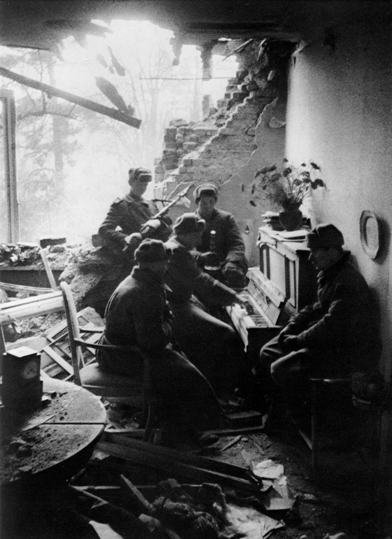 wwii pictures of the Soviet soldiers playing the piano in a destroyed building in Germany, 1945