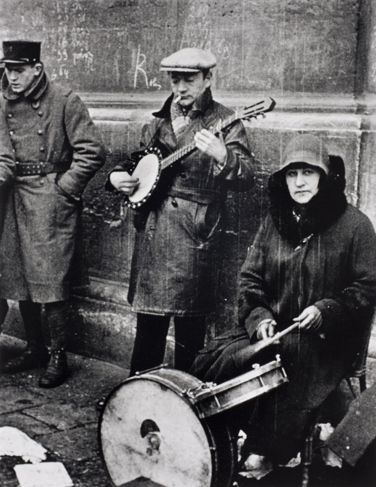 Alfred Eisenstaedt photos of  Street musicians near Rue Saint-Denis in Paris, 1932.
