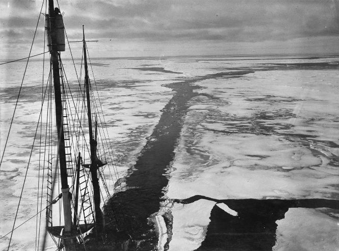 The Endurance blazes a trail in the ice of the Weddell Sea