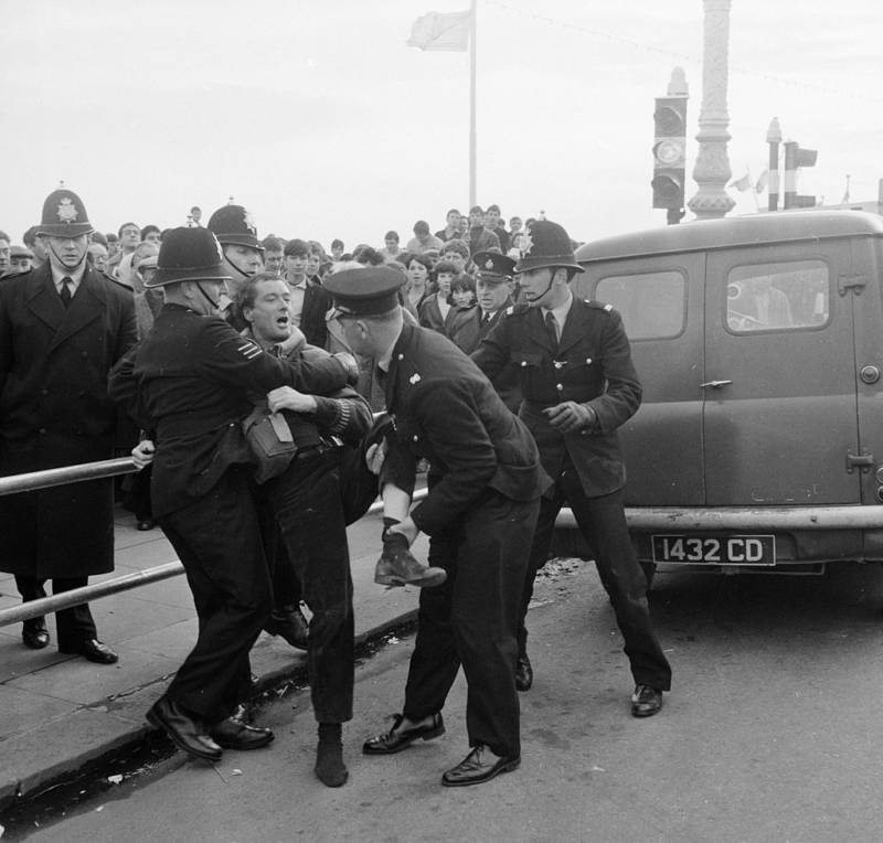 Police tried to split mods and rockers so that they stopped fighting.